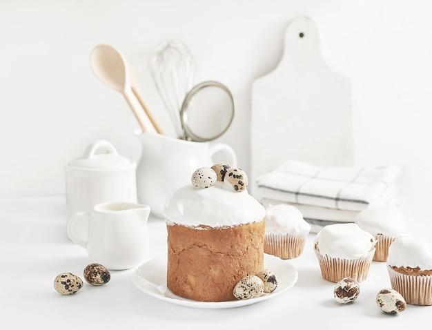 イースターの甘い自家製カップケーキとウズラの卵