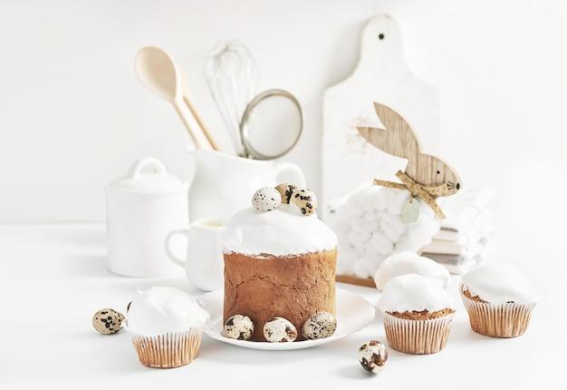 Пасхальный сладкий домашний кекс. открытка. праздничная еда. пасхальный кролик и яйца. домашняя выпечка и десерты.