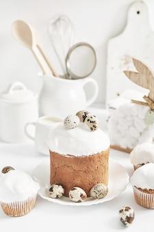 イースターの甘い自家製カップケーキ。グリーティングカード。お祭り料理。イースターバニーと卵。自家製ケーキとデザート。