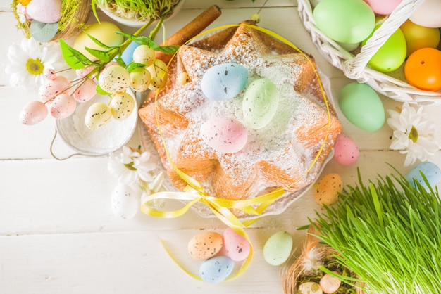 부활절 과자 및 장식 배경, 화려한 페인트 계란, 봄 잔디 및 장식, 달콤한 부활절 케이크 panettone, 텍스트 복사 공간