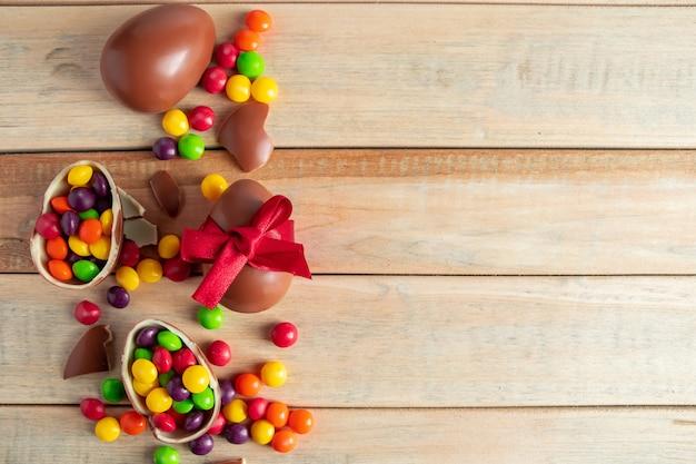 イースターのお菓子チョコレートの卵と茶色の背景のお菓子