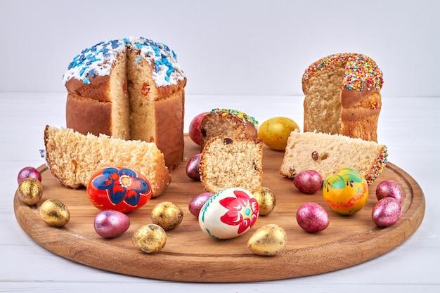 Пасха символы еды. окрашенные красочные куриные яйца для празднования христианского православного праздника весны.