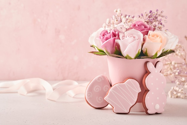 꽃병에 아름 다운 꽃다발 핑크 장미 꽃 부활절 테이블 장식