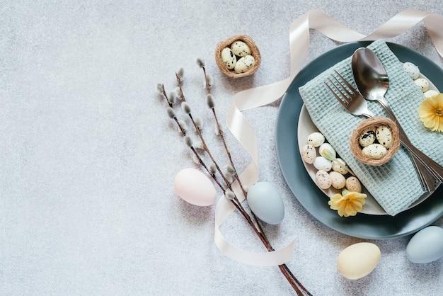 부활절 테이블 설정 아이디어, 최소한의 장식-부활절 달걀, 버드 나무 catkin 가지, 새의 둥지