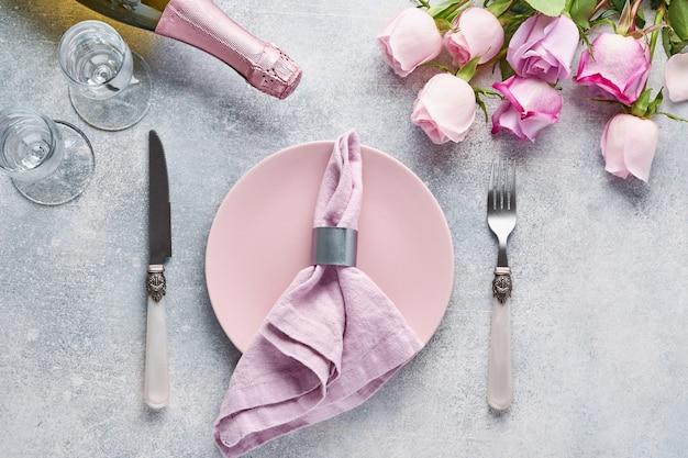 Сервировка пасхального стола с цветочным декором на сером столе. элегантный ужин. вид сверху.