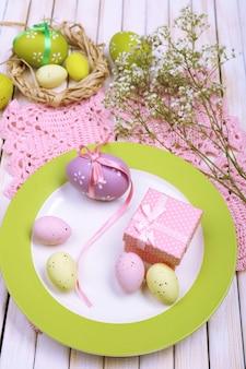 튤립과 계란 부활절 테이블 설정