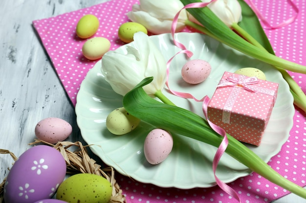 튤립과 계란이 있는 부활절 테이블 설정