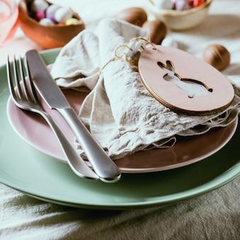 木製のウサギの装飾が施されたイースターテーブルの設定