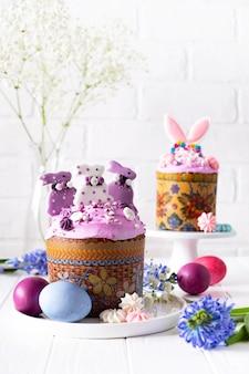 伝統的な休日のイースターケーキ、塗られた卵と花の枝が付いているイースターテーブル