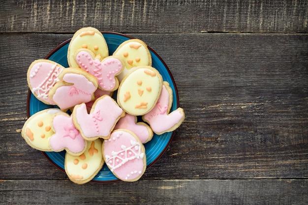 부활절 접시에 다양 한 쿠키