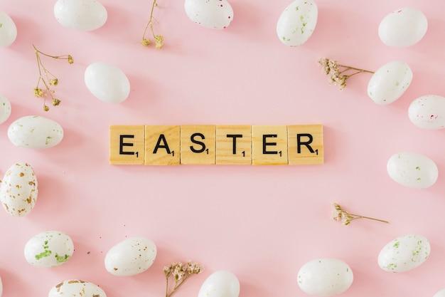 イースターはウズラの卵の中に書いています