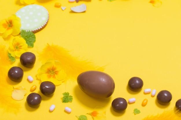 초콜릿 달걀, 사탕, spri와 부활절 노란색 배경