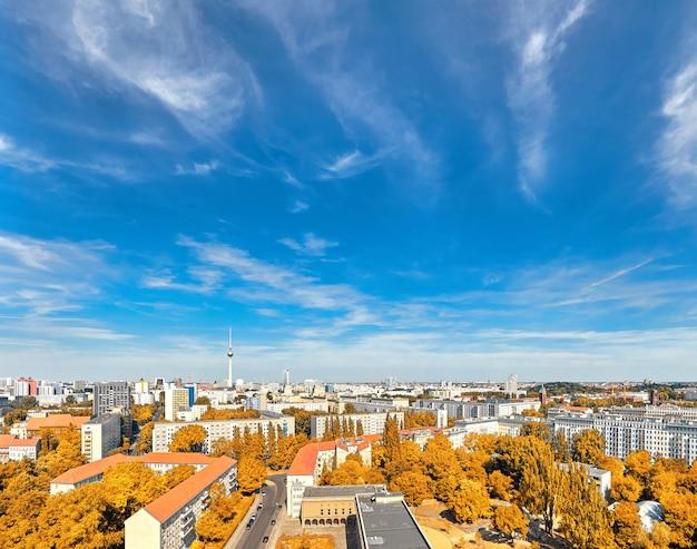 上から東ベルリン:家、アレクサンダー広場のテレビ塔、秋の街のスカイライン