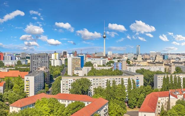 上から東ベルリン:近代的な建物、アレクサンダー広場のテレビ塔、街のスカイライン