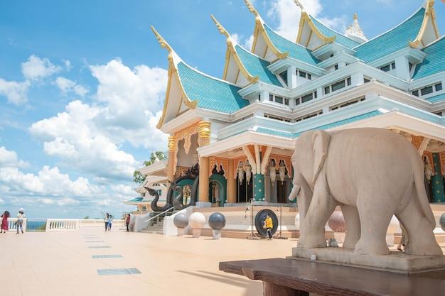 ワットパープーコンと呼ばれる青いトーンによるタイ東部の有名な寺院のデザイン