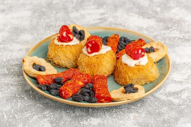 グリーンプレート内の東部ペストリークッキー、ホワイトクリームドライフルーツと小さなコンフィチュール