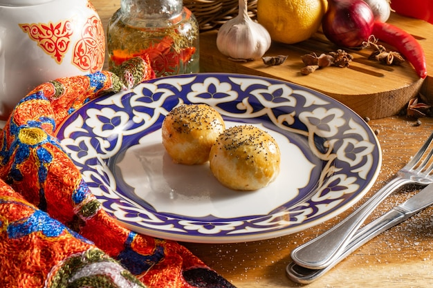 東部ペストリーサモサ。牛ひき肉、玉ねぎ、ソースを詰め、蜂蜜で覆い、ケシの実をまぶした小さなショートブレッドパイ。