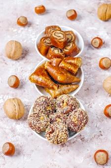 東洋のお菓子、ナッツと伝統的なトルコ菓子の盛り合わせ。