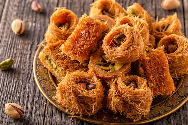Восточные сладости на старом деревянном столе