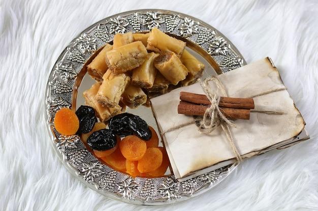 職場での銀の大皿バクラヴァとタマリンドスナックの東部のお菓子テーブル