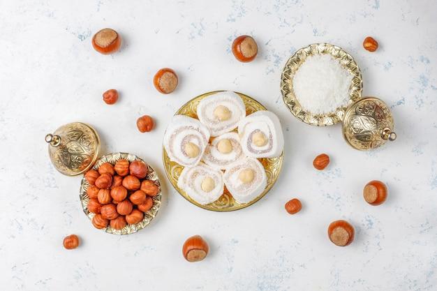 동부 과자. 터키어 기쁨, 견과류와 lokum, 상위 뷰.