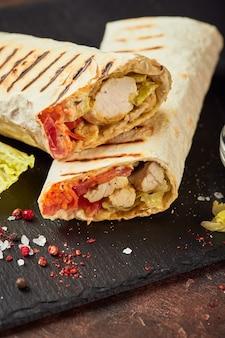 닭고기와 야채를 곁들인 동양 전통 샤와 마, 소스를 곁들인 도네 르 케밥