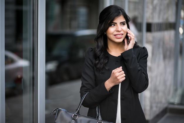 Donna orientale con telefono