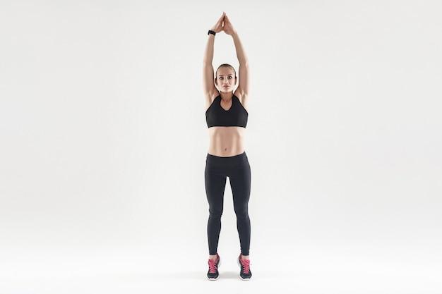 Легкие аэробные упражнения с поднятыми руками и стоя на носках