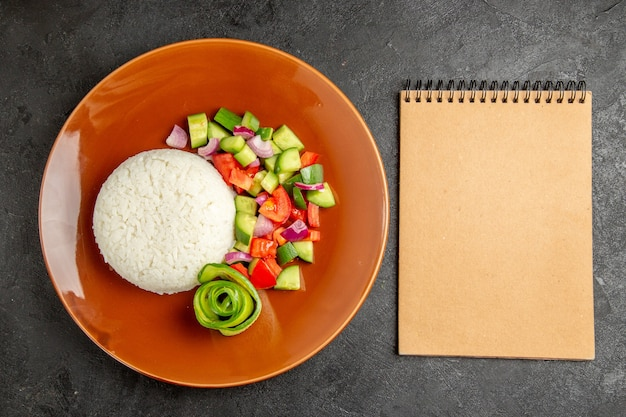Легкая здоровая еда и ноутбук на темном фоне
