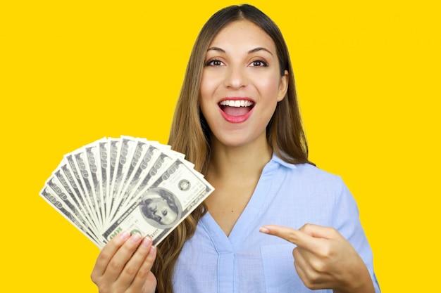 쉬운 대출. 손에 달러 지폐, 은행 투자, 캐쉬백 가리키는 쾌활 한 젊은 여자.