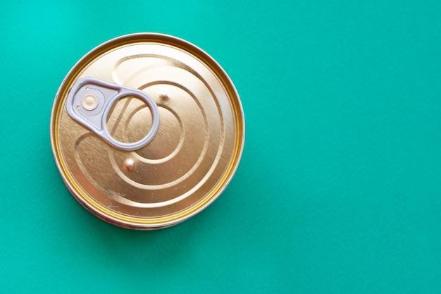 簡単に開けられる金属製の缶は、グリーンに蓋をしています。