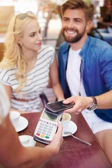 スマートフォンで簡単に支払う