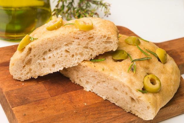 Легкий хлеб фокачча с розмарином и чесноком