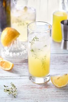 쉬운 여름 칵테일 리몬첼로 신선한 레몬 주스 보드카와 클럽 소다 또는 탄산수