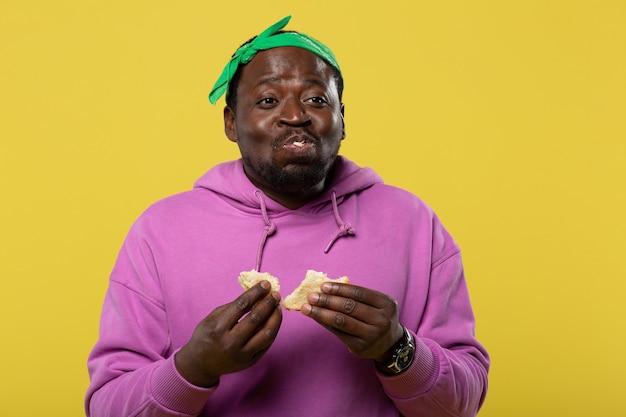 ゆっくり食べる。仕事帰りに空腹で両手にパンを持って喜ぶ男