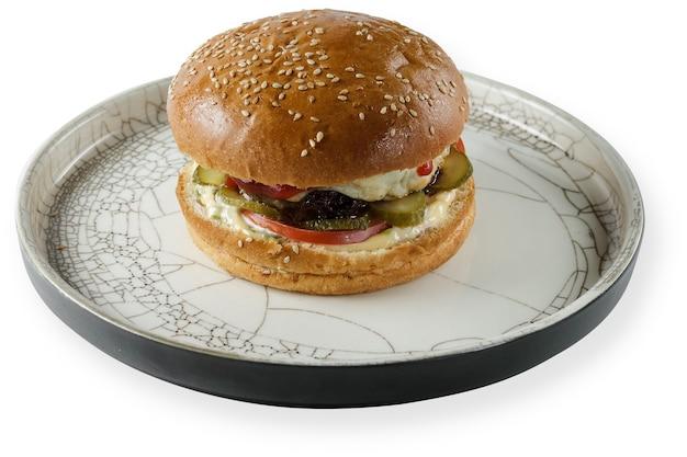 白い背景で隔離の皿にバーベキューハンバーガーを食べる。クリッピングパスは、白い背景で隔離に含まれています。