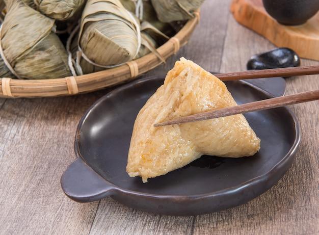 드래곤 보트 축제 음식을 위해 중국 전통 zongzi 쌀 만두 먹기
