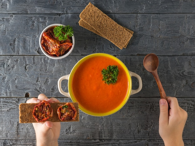 サンドライトマトとコショウのスープのクリームを食べる。菜食のスープ。フラットレイ。上からの眺め。