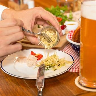 縁取られたチーズをビールで食べる