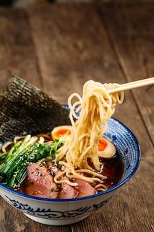 パストラミとアジタマの卵で日本のラーメンスープを食べる