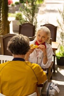 외식. 행복한 남편과 아내는 멕시코 레스토랑에서 서로 앞에 있는 테이블에 앉아 점심을 먹고 있습니다.