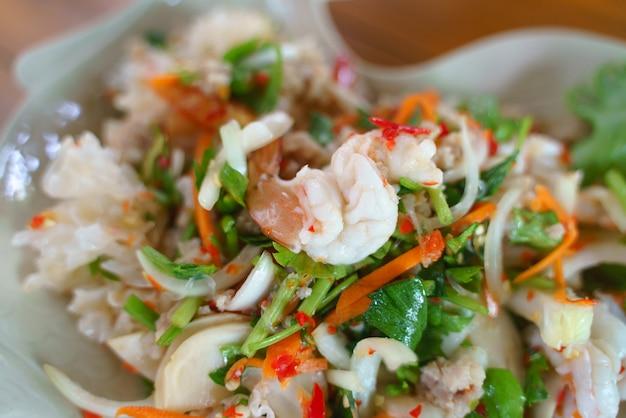エビと豚肉のタイ風シーフードスパイシーサラダを食べる