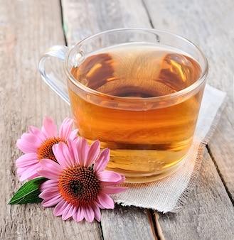 木製の背景に分離されたエキナセア茶