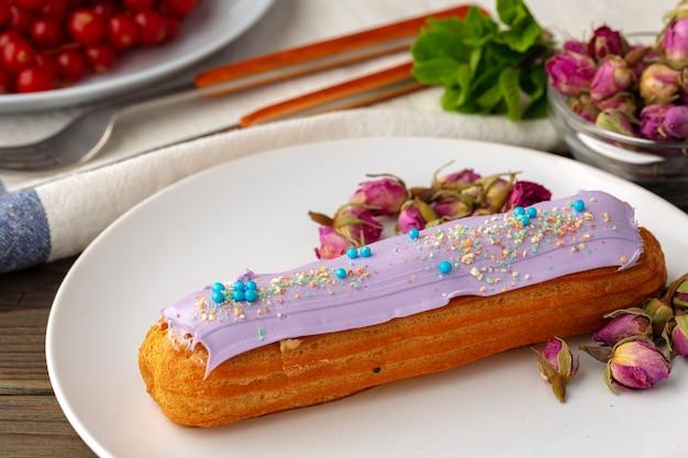 Эклер торт крупным планом на деревянном столе