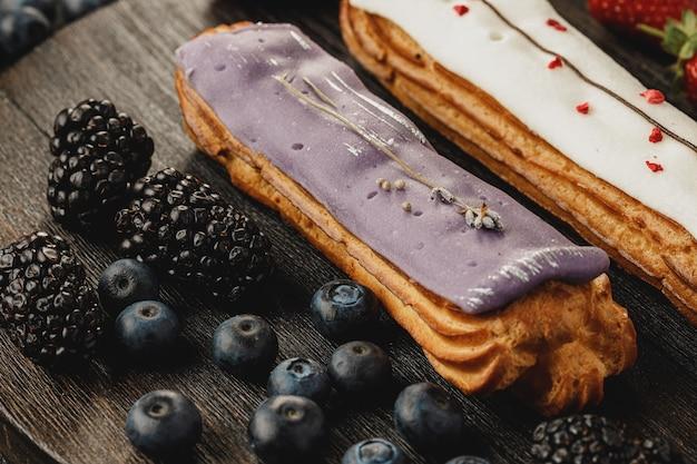 Торт эклер, украшенный ягодами крупным планом