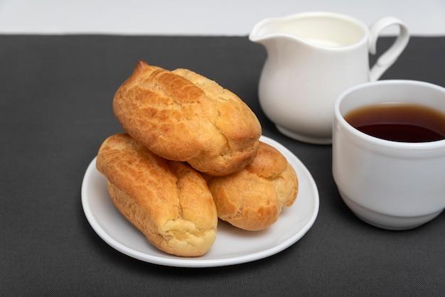 Эклеры и чай с молоком