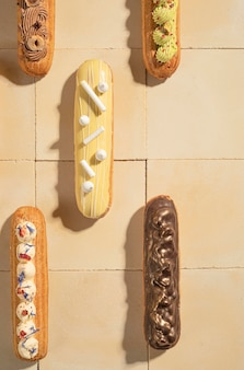 Disposizione eclairs flat lay