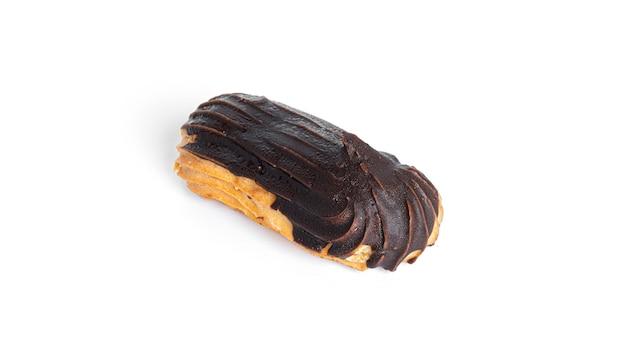 흰색 배경에 고립 된 초콜릿 유약에 eclairs. 고품질 사진