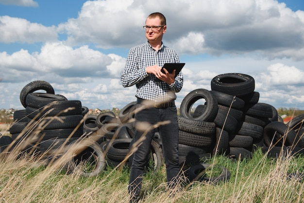 Экоактивист на полигоне изношенных автомобильных покрышек подсчитал экологический ущерб