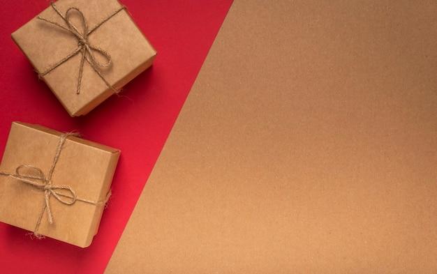 2 월 14 일 복사 공간이있는 빨간색에 두 개의 선물 상자가있는 공예 골판지 질감의 에코 배경.